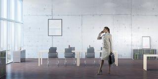 Коммерсантка в ее мобильном телефоне офиса говоря Мультимедиа Стоковые Изображения RF