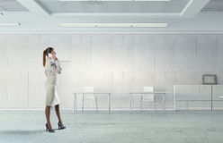 Коммерсантка в ее мобильном телефоне офиса говоря Мультимедиа Стоковые Фото