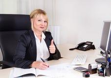 Коммерсантка в ее офисе стоковая фотография