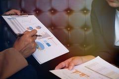 Коммерсантка в костюме делая представление объясняя диаграммы и стоковое фото rf