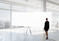 Коммерсантка в офисе последнего этажа стоковые фото