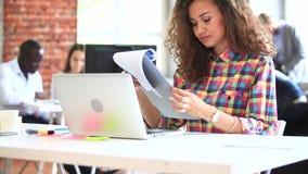 Коммерсантка в офисе с портативным компьютером сток-видео