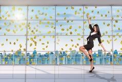 Коммерсантка в позиции победителя под дождем денег Стоковая Фотография RF