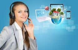 Коммерсантка в шлемофоне, глобусе, компьютерах Стоковое Изображение RF