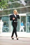 Коммерсантка говоря на мобильном телефоне в городе Стоковое фото RF