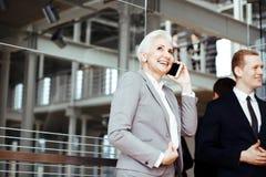 Коммерсантка говоря на мобильном телефоне стоковая фотография rf