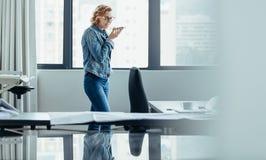 Коммерсантка говоря на телефоне диктора Стоковые Изображения