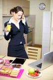 Коммерсантка говоря на телефоне Стоковая Фотография RF