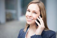 Коммерсантка говоря на телефоне стоковое фото