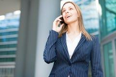 Коммерсантка говоря на телефоне стоковые изображения