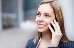 Коммерсантка говоря на телефоне стоковые фотографии rf