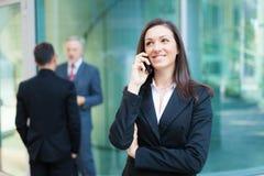 Коммерсантка говоря на телефоне стоковое изображение