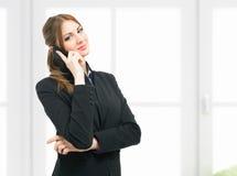 Коммерсантка говоря на телефоне стоковые изображения rf