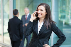Коммерсантка говоря на телефоне стоковое фото rf