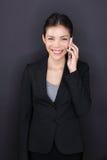 Коммерсантка говоря на умном телефоне счастливом Стоковые Изображения RF