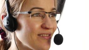 Коммерсантка говоря на шлемофоне в офисе proffessional обслуживания клиента 4K видеоматериал