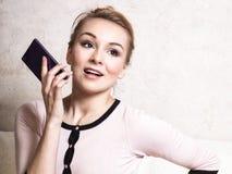 Коммерсантка говоря на smartphone мобильного телефона Стоковая Фотография RF