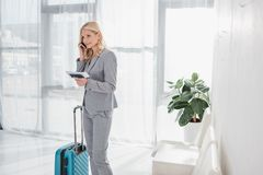 Коммерсантка готовая для полета говоря телефоном Стоковая Фотография RF