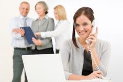 коммерсантка дела вызывая телефон милой командой Стоковая Фотография