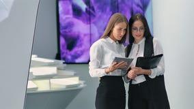 Коммерсантка деловой встречи 2 в офисе лаборатории hitech современном акции видеоматериалы