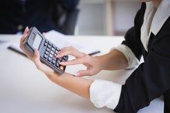 Коммерсантка держа калькулятор для высчитывает номер и диск стоковые фотографии rf