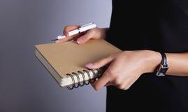 коммерсантка держа тетрадь стоковые фотографии rf