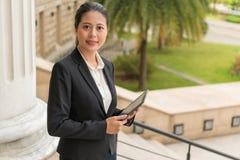 Коммерсантка держа цифровой планшет Стоковые Изображения