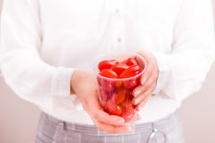 Коммерсантка держа чашку с свежими малыми томатами стоковая фотография rf