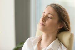 Коммерсантка лежа на заднем стуле с закрытыми глазами Стоковая Фотография RF