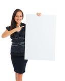Коммерсантка держа белый пустой пустой знак афиши с экземпляром Стоковое фото RF