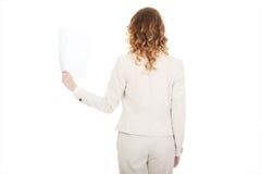 Коммерсантка держа бумажный лист Стоковая Фотография