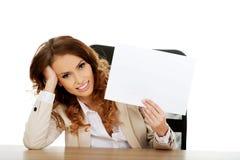 Коммерсантка держа бумажный лист Стоковые Фотографии RF