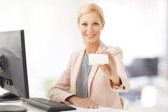 Коммерсантка держа визитную карточку Стоковое Изображение RF
