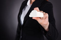 Коммерсантка держа значок облака вычисляя Стоковая Фотография