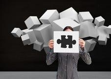 Коммерсантка держа лист бумаги показывая мозаики и белые кубы в предпосылках Стоковые Фотографии RF