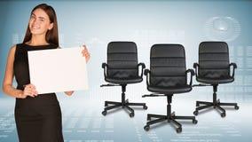 Коммерсантка держа лист чистого листа бумаги офис Стоковое Изображение RF