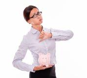 Коммерсантка держа копилку с неутверждением Стоковые Фотографии RF