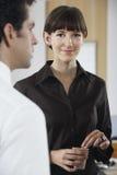 Коммерсантка держа кофейную чашку в офисе Стоковое Фото