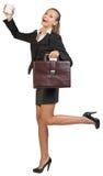 Коммерсантка держа кружку и портфель Стоковое Изображение RF