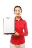 Коммерсантка держа чистый лист бумаги на доске сзажимом для бумаги Стоковые Изображения RF