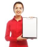 Коммерсантка держа чистый лист бумаги на доске сзажимом для бумаги Стоковое Изображение RF