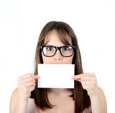 Коммерсантка держа чистый лист бумаги покрывая ее рот против whi Стоковые Изображения RF