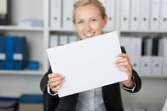 Коммерсантка держа чистый лист бумаги Стоковая Фотография RF