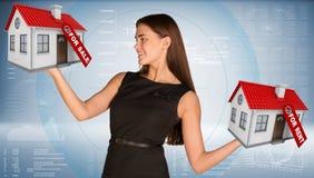 Коммерсантка держа housees в руках Стоковые Изображения