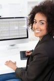 Коммерсантка делая электронную таблицу Стоковое Изображение