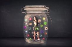 Коммерсантка захватила в стеклянном опарнике с красочными значками c app Стоковая Фотография RF