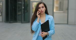 Коммерсантка идет домой после работы говоря по телефону сток-видео