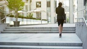 Коммерсантка идя вверх к строить, двигая вверх лестницу карьеры, успех стоковые фотографии rf