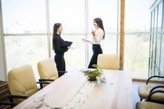 Коммерсантка имея неофициальное заседание с коллегами в современном офисе Стоковые Изображения RF
