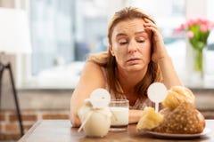 Коммерсантка имея чувствительность к продуктам молокозавода и печенья стоковое фото rf